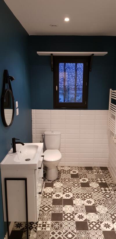 Salle de bain retro noire et blanche avec simple vasque