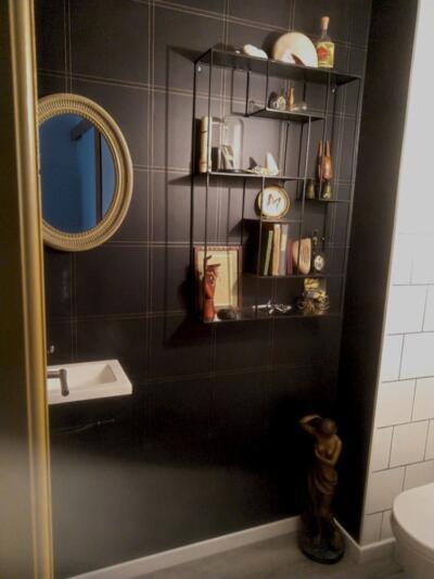 Salle de bain retro noire et blanche avec wc