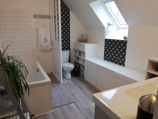 Salle de bain scandinave blanc avec wc