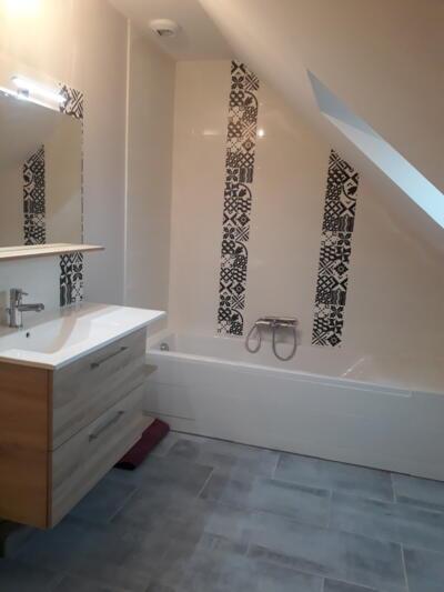 Salle de bain scandinave blanc avec baignoire