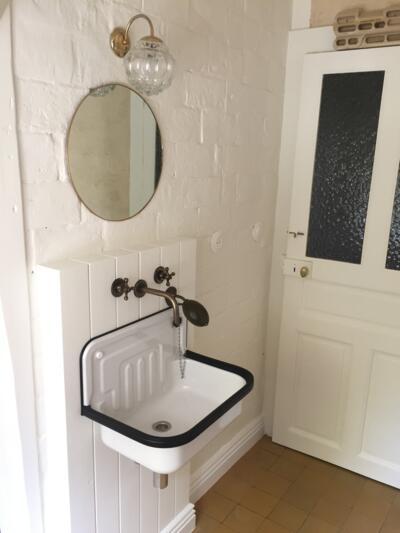 Salle de bain vintage blanc avec simple vasque