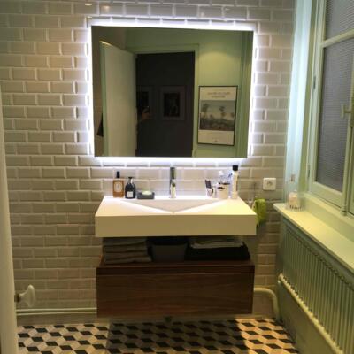 Salle de bain vintage blanche et bois  avec simple vasque