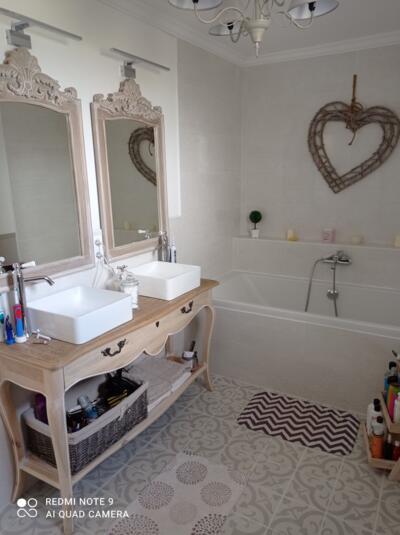 Salle de bain vintage blanche et bois  avec baignoire