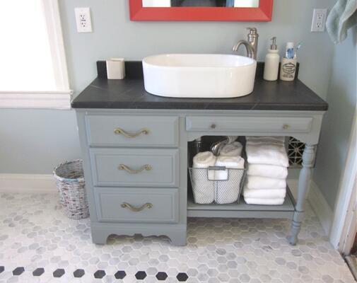 Salle de bain vintage grise et blanche avec simple vasque