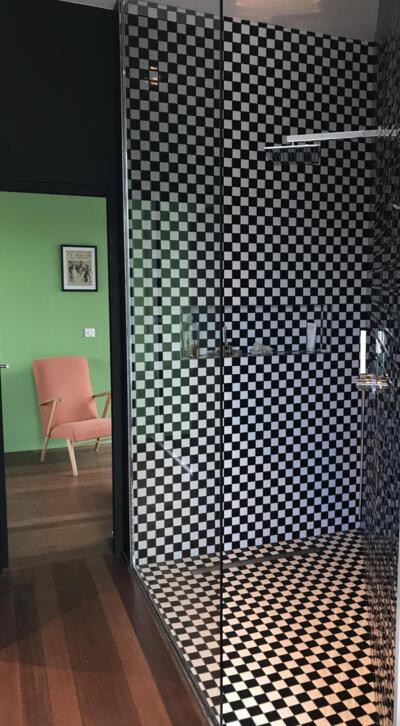 Salle de bain vintage noire et blanche avec douche italienne