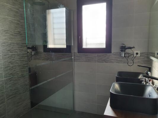 Salle de bain zen avec double vasque