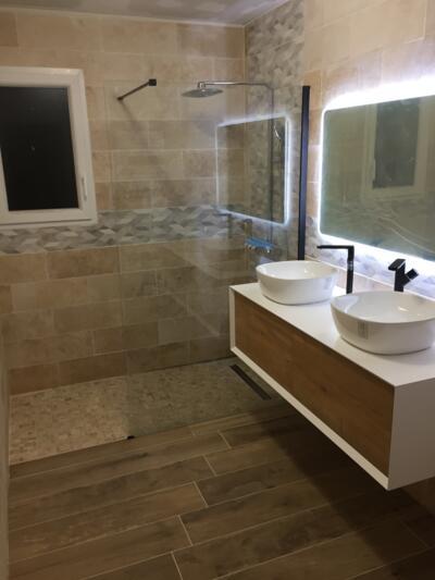 Salle de bain zen beige avec douche italienne