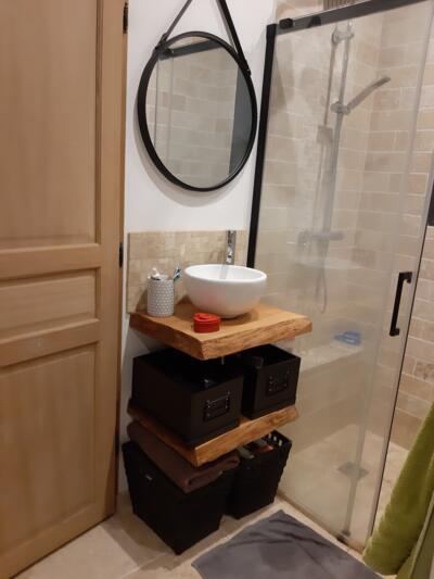 Salle de bain zen beige avec simple vasque