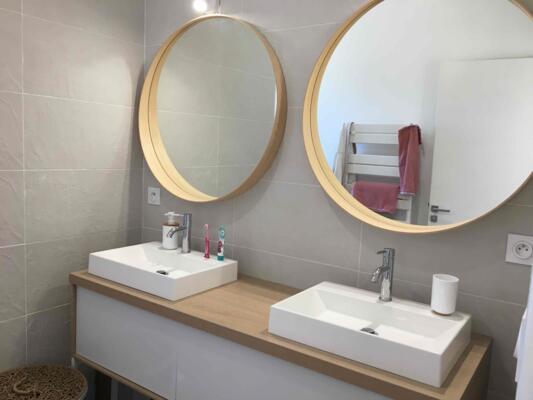 Salle de bain zen blanche et bois  avec double vasque