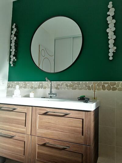 Salle de bain zen blanche et bois  avec simple vasque