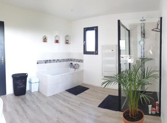 Salle de bain zen blanche et bois  avec baignoire