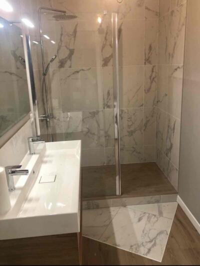 Salle de bain zen blanche et bois  avec douche