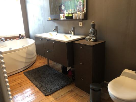 Salle de bain zen en bois avec baignoire
