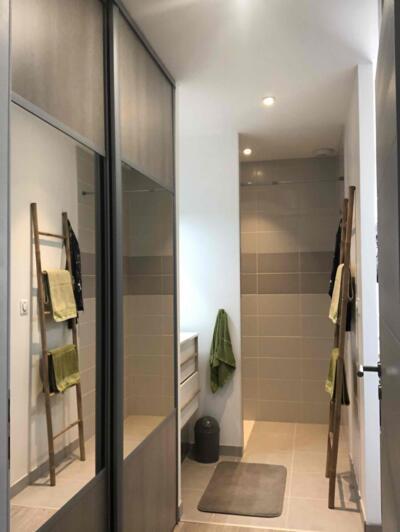 Salle de bain zen gris