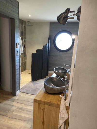 Salle de bain zen gris avec double vasque