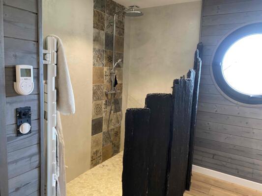 Salle de bain zen gris avec douche italienne
