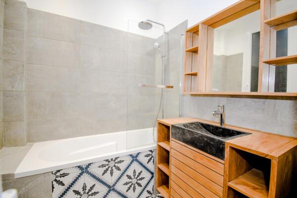 Salle de bain zen gris avec baignoire