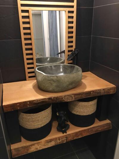 Salle de bain zen noir avec simple vasque