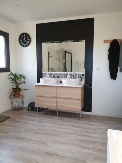 Salle de bain zen noire et blanche avec double vasque
