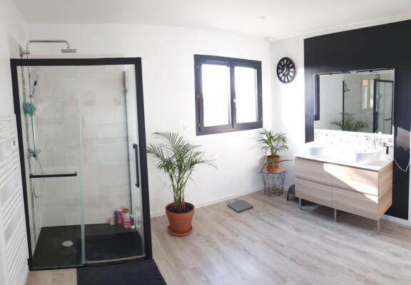 Salle de bain zen noire et blanche avec douche italienne