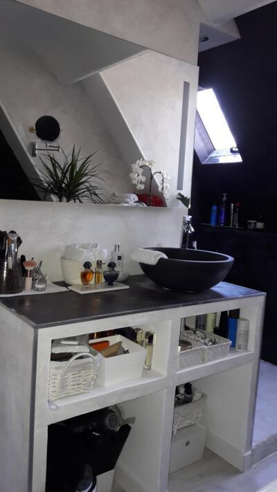Salle de bain zen noire et blanche avec simple vasque