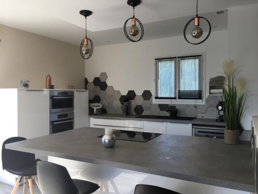 Cuisine grise avec carrelage hexagonal moderne et suspensions