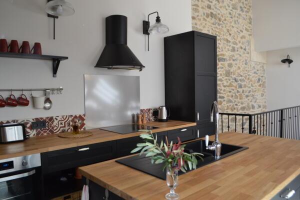 Cuisine industrielle noire et bois avec ilot