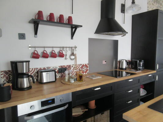 Cuisine industrielle noire et bois avec crédence carreaux de ciment