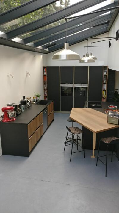 Cuisine ouverte industrielle avec verriere de toit