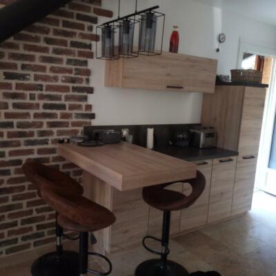 Petite cuisine avec meubles en bois