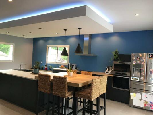 cuisine en longueur avec mur bleu