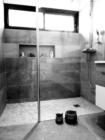 Grande douche italienne paroi en verre