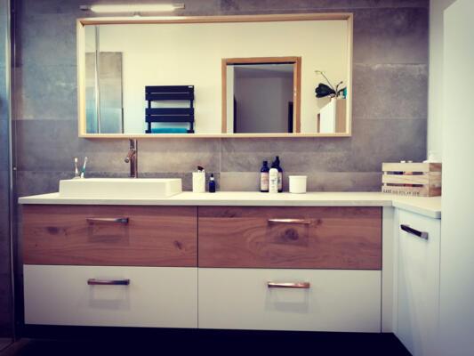 photo meuble salle de bain blanc et bois, une vasque et grand espace de maquillage