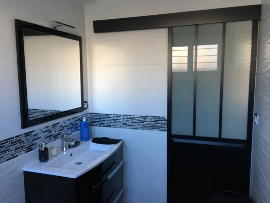 Salle de bain noir et blanc avec porte coulissante