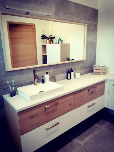Meuble vasque de salle de bain moderne blanc et bois