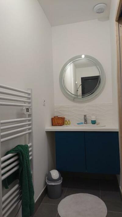 Salle de bain minimaliste blanc et bleu